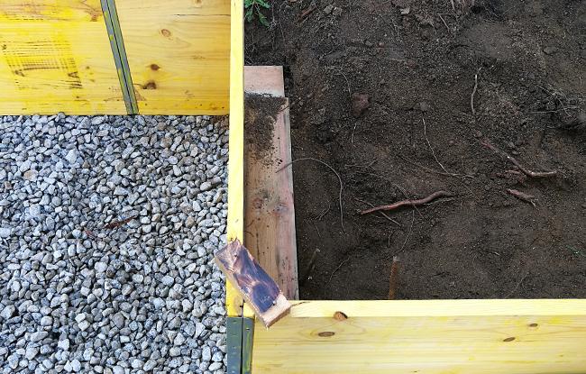 preparació de la llosa de formigó pel muntatge de la casa prefabricada de fusta