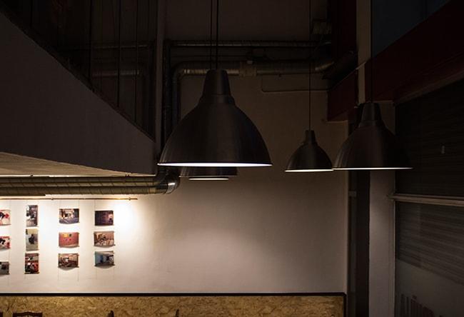 reforma interior de la cruïlla, casal independentista de l'eixample. Vista del doble espai i les llums penjants