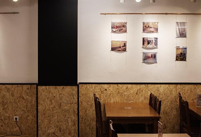reforma interior de la cruïlla, casal independentista de l'eixample. Vista de l'espai d'exposicions i taules de la sala